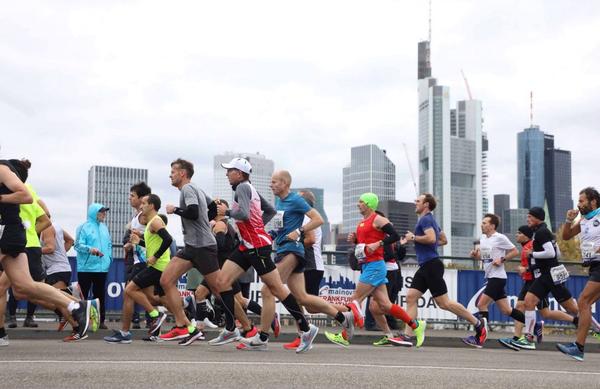 Hladen in vetroven Frankfurtski maraton je postregel z dvema rekordoma