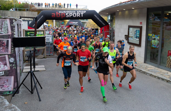 Teka treh vrhov (Corsa della tre cime) se je udeležilo več kot 300 tekačev