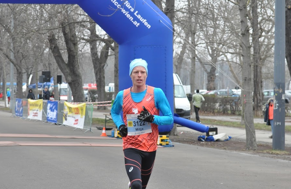 Mitja Krevs pometel s konkurenco in zmagal na polmaratonu na Dunaju