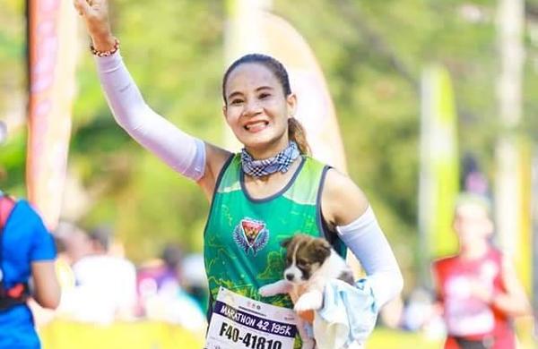 Maraton je pretekla z najdenim pasjim mladičkom v naročju