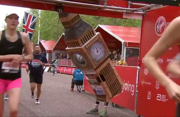 Verjetno najbolj zabaven trenutek londonskega maratona: tekač se je zagozdil na ciljni črti