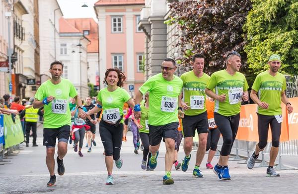 Nasmejani tekači in pohodniki obkrožili Ljubljano (Pot ob žici in Tek trojk)