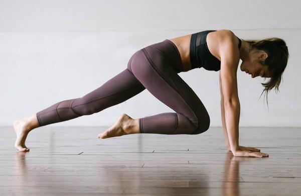 5 odličnih vaj, ki krepijo roke in trebušne mišice