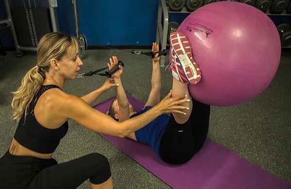 Top 5 vaj s stabilizacijsko žogo za močan trup in kolke