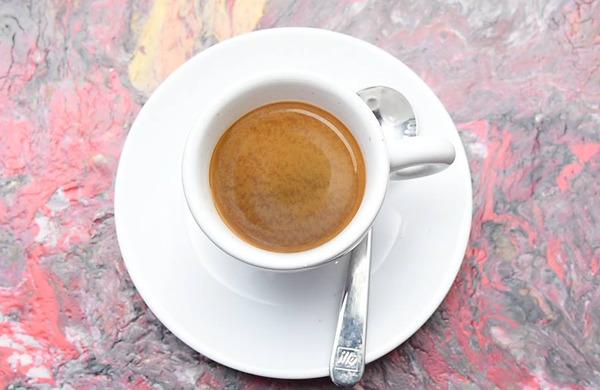 Bi morali piti kavo pred ali po teku?